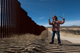 Glenn Weyant uses the border fence in Arizona to make and record amazing music. Check it out: http://www.sonicanta.com/ http://www.facebook.com/LaFronteraArtistsAlongTheUsMexicanBorder http://borderartists.com