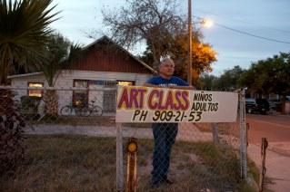 Painter Daniel Maldonado teaches art classes at his house near the University of Texas at Brownsville. Brownsville, Texas, USA. © Stefan Falke www.stefanfalke.com